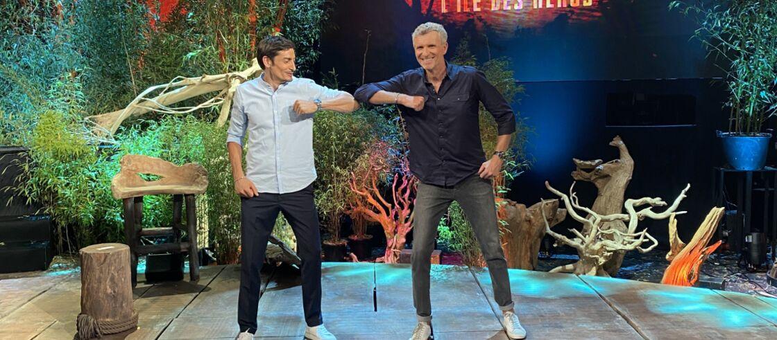 Claude et Denis Brogniart sur le plateau de TF1 lors de la finale de Koh Lanta: L'Île des héros