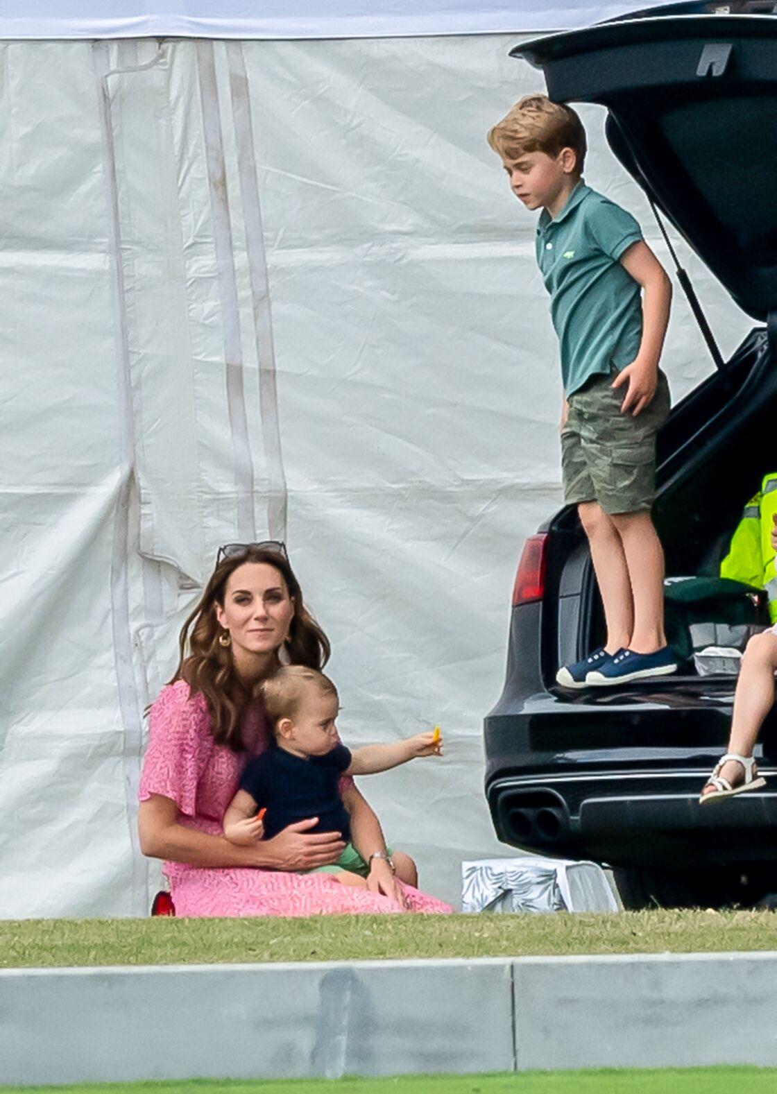 Le prince George en juillet 2019, avec un polo H&M et un short Gap kids, une tenue qui change de ses créateurs anglais habituels.