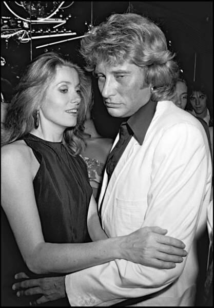 L'actrice et le chanteur se sont connus en 1961 sur le tournage des Parisiennes, scénarisé par... Roger Vadim, alors le compagnon de Catherine Deneuve.
