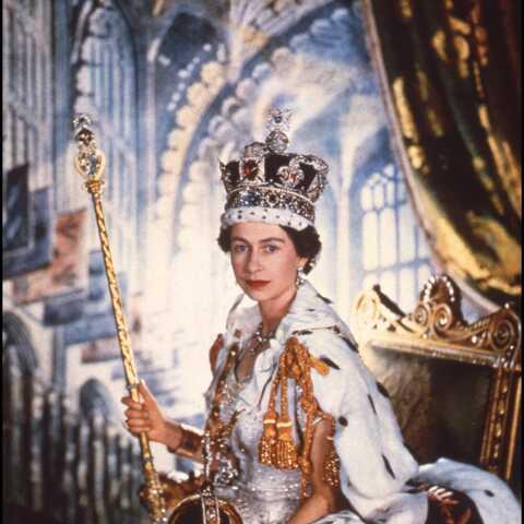 PHOTO – Offrez-vous les escarpins portés par Elizabeth II pour son couronnement!