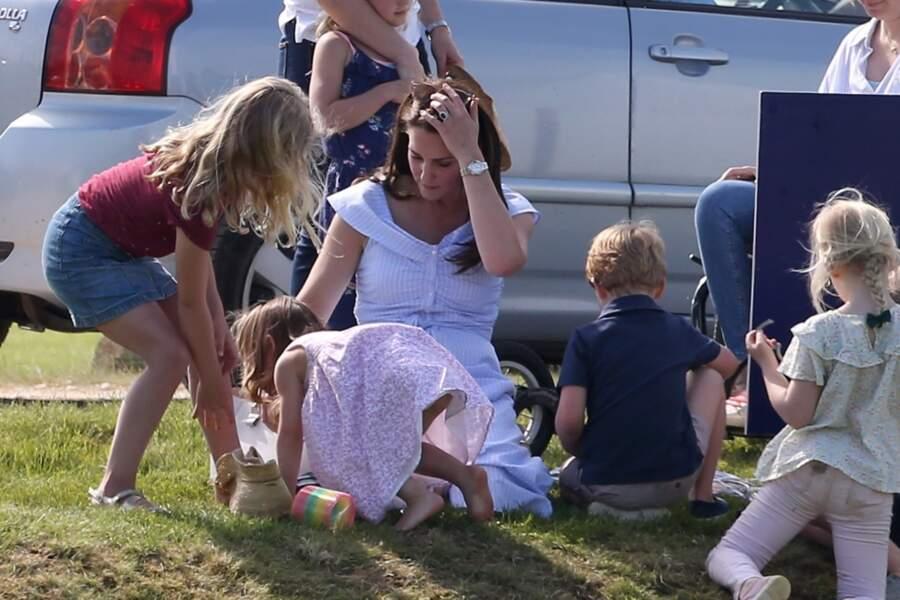 Savannah Phillips s'éclate dans l'herbe avec ses cousins Charlotte et George.