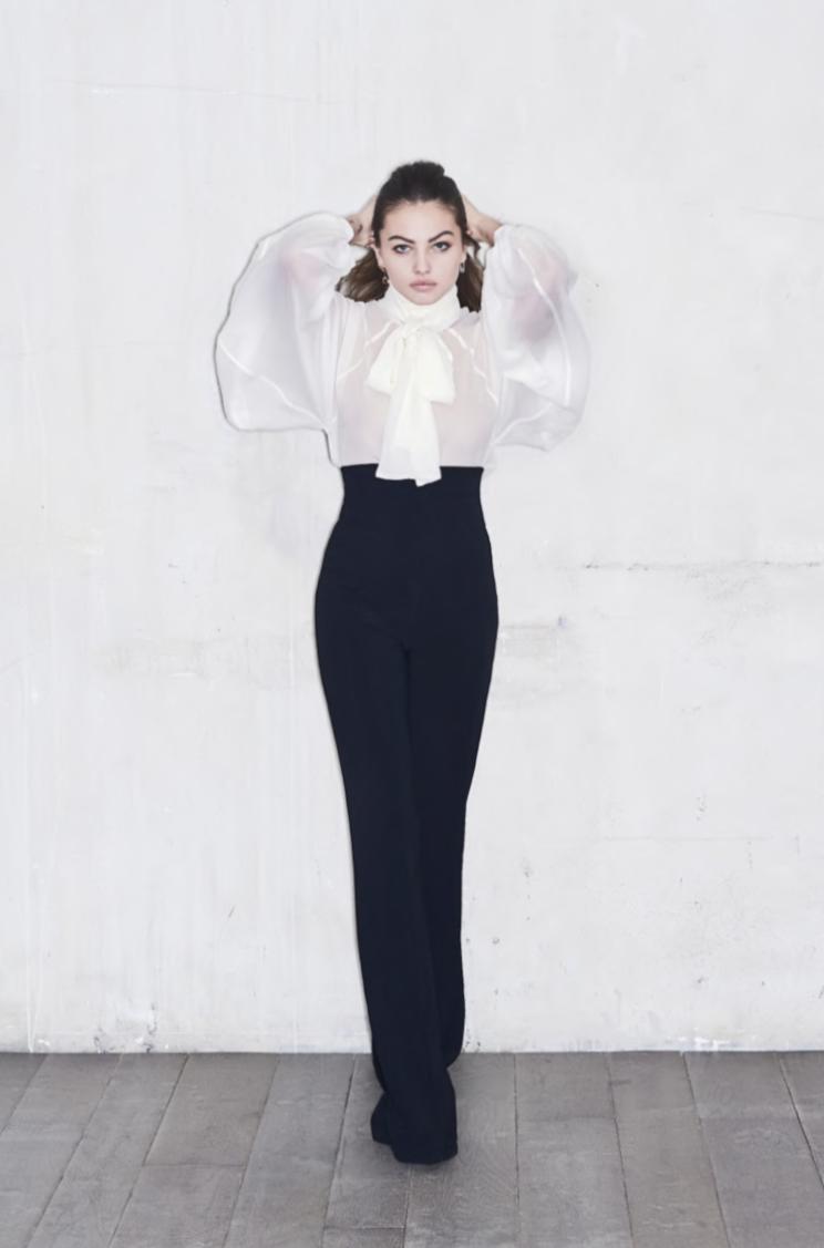 Amel Bent porte la chemise Clémentine et le pantalon Cécile d'Oud Paris, collection de l'automne-hiver 2020/2021