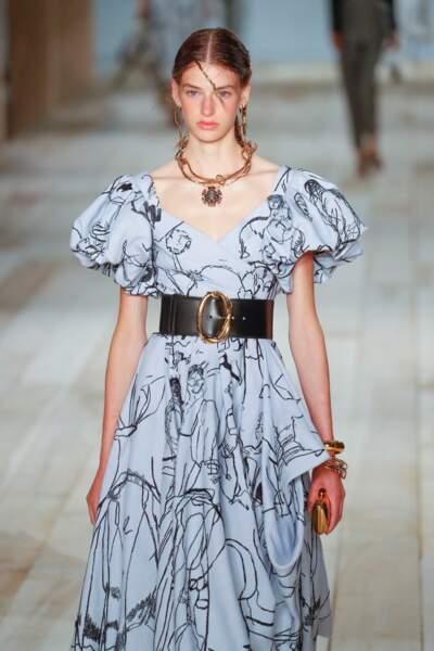 Le collier est imposant et les boucles d'oreilles dépareillées chez Alexander McQueen