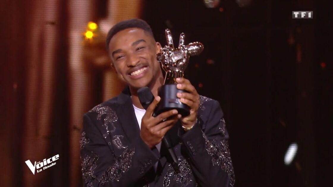 Abi, soulevant le trophée, lors de la finale de The Voice, diffusée ce samedi 13 juin.