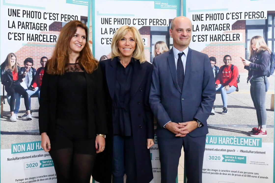 Brigitte Macron, entourée de ses deux