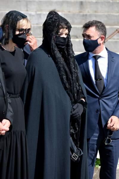 La princesse Charlène, masquée comme chaque invité des funérailles, était présente aux côtés des enfants d'Elisabeth-Anne de Massy.