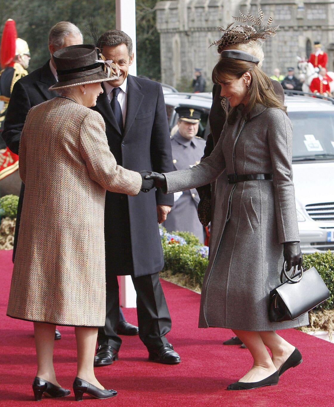 Carla Bruni salue la reine Elizabeth II à son arrivée au château de Windsor, le 26 mars 2008.