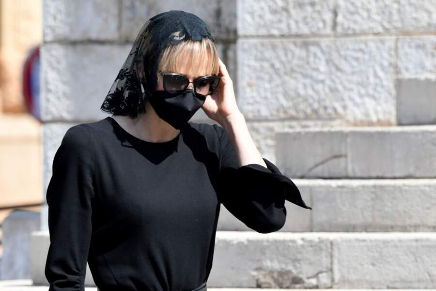La princesse Charlene de Monaco arrivant aux obsèques de la baronne de Massy.