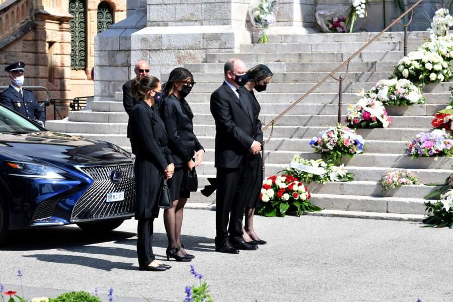 Stéphanie, Caroline et Albert de Monaco, ainsi que Charlene se recueillent pendant les funérailles.