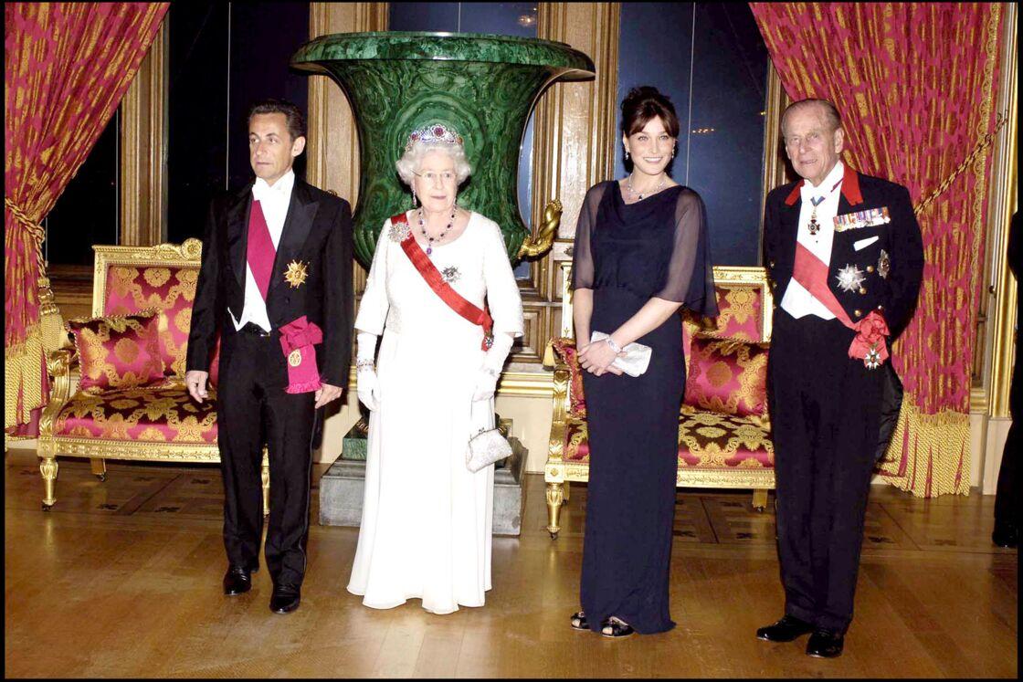 Carla Bruni tout sourire au côté du prince Philip, lors d'un banquet d'Etat au château de Windsor, en mars 2008.