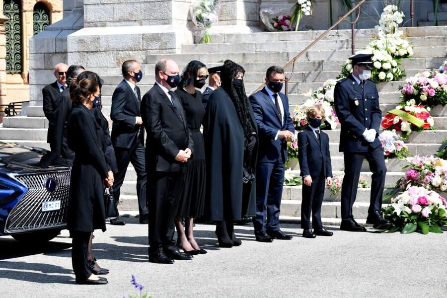 Caroline et Stéphanie de Monaco se tenaient légèrement à l'écart de leur frère Albert II et son épouse Charlène, présents aux côtés des enfants de la défunte.