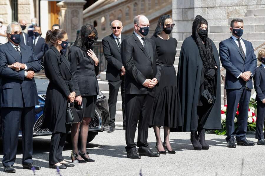 La princesse Stéphanie de Monaco, Caroline de Hanovre, le prince Albert II et la princesse Charlene étaient notamment présents pour les funérailles d'Elisabeth-Anne de Massy. Tout le monde était masqué, comme l'exigeait le règlement.