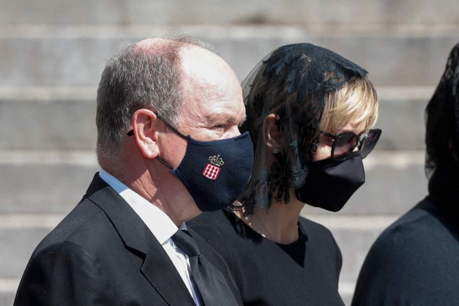 Lors des obsèques, le prince Albert II a respecté les distances de sécurité et portait un masque, tout comme son épouse Charlene.