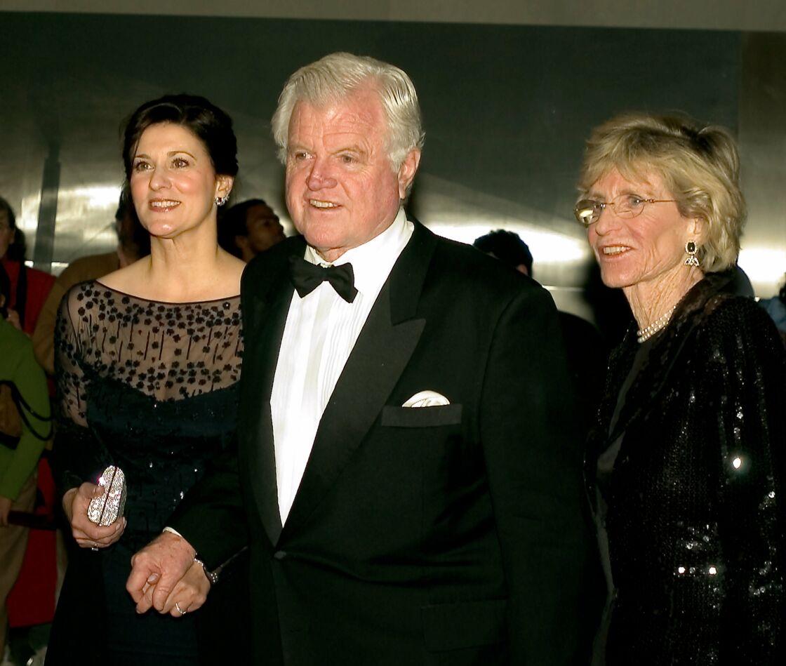 Le sénateur des États-Unis Ted Kennedy (démocrate du Massachusetts), au centre, avec sa femme, Victoria, à gauche, et sa sœur, Jean Kennedy Smith, à droite en 2005 pour le Kennedy Center Honors taping.
