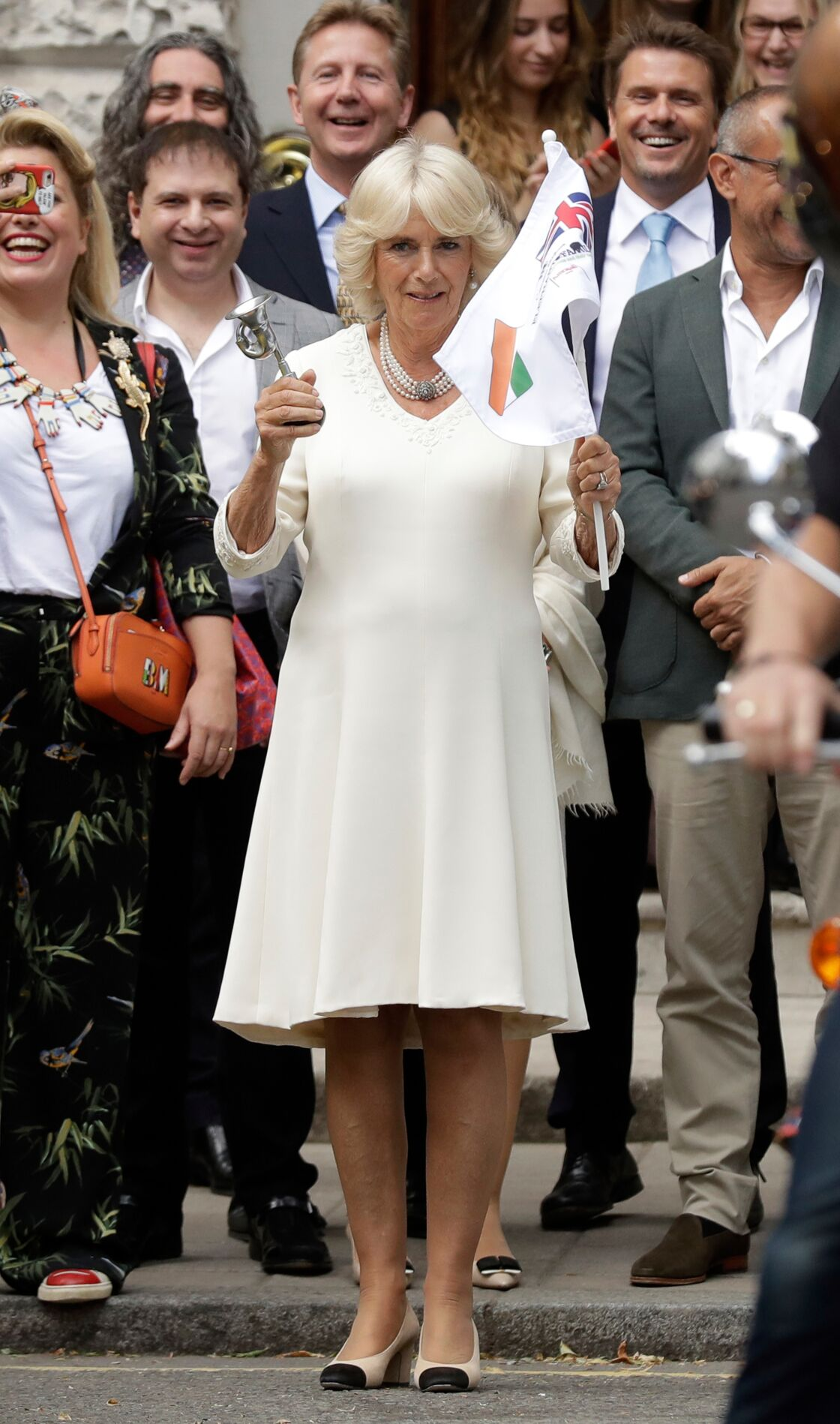 Camilla Parker Bowles en 2018 portait déjà sa paire de chaussures bicolore signées Chanel et son collier trois-rangs