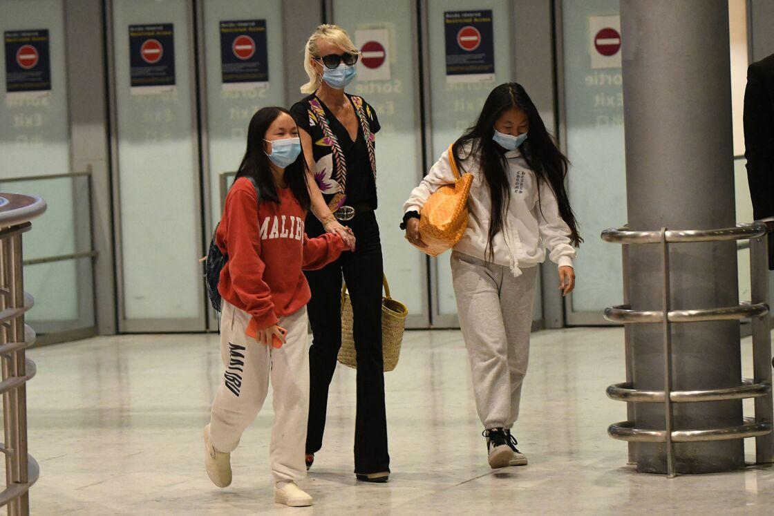 Laeticia, Jade et Joy Hallyday à l'aéroport Charles De Gaulle de Paris, le jeudi 18 juin 2020.
