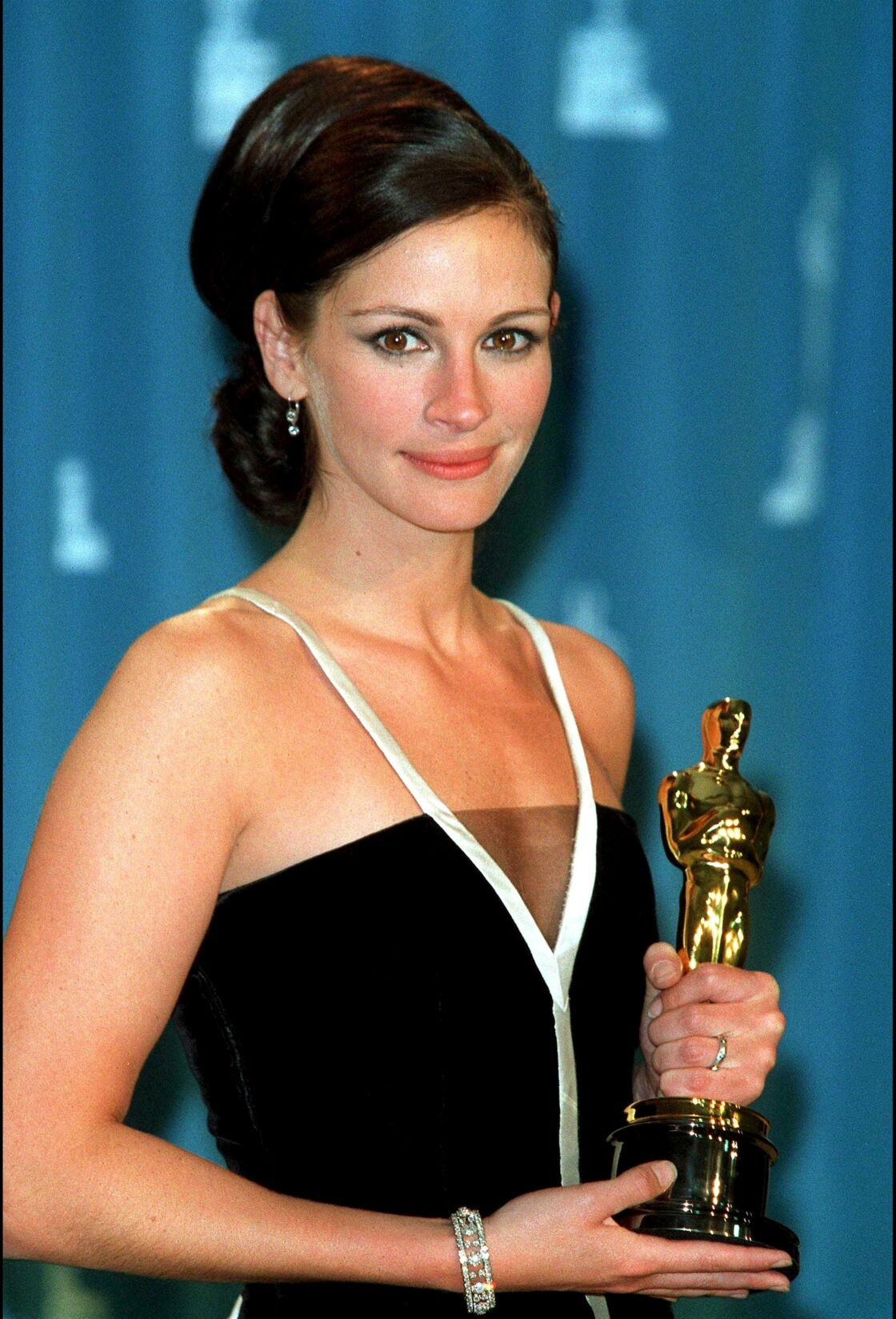 Julia Roberts, brune aux cheveux lisses en 2001 lors des Oscars