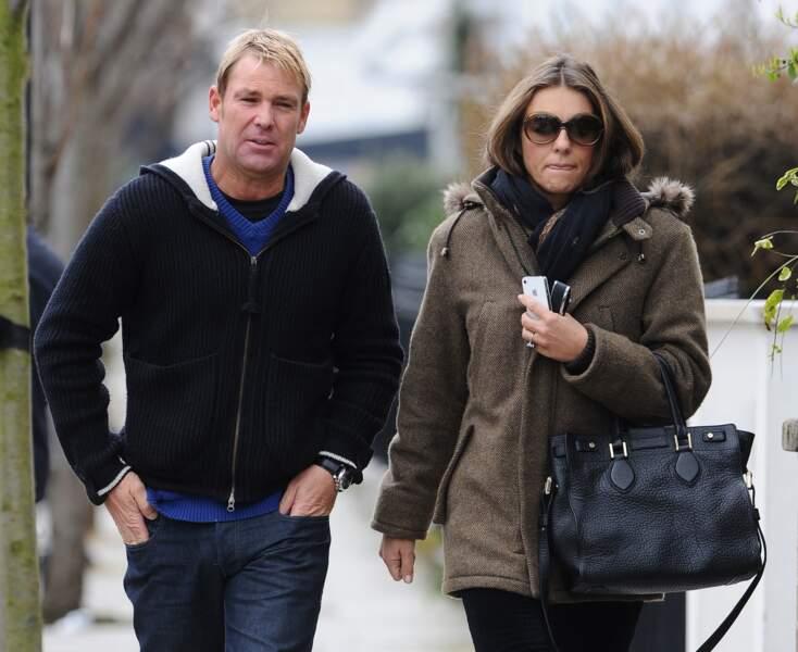 Elizabeth Hurley et son compagnon Shane Warne, se promenant à Londres en mars 2013.