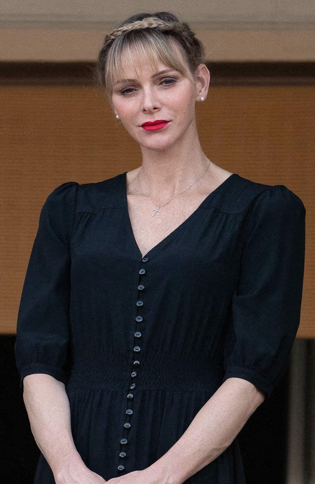 Bouche rouge, frange longue et tresse stylée, Charlene de Monaco adopte le beauty look parfait pour l'été.