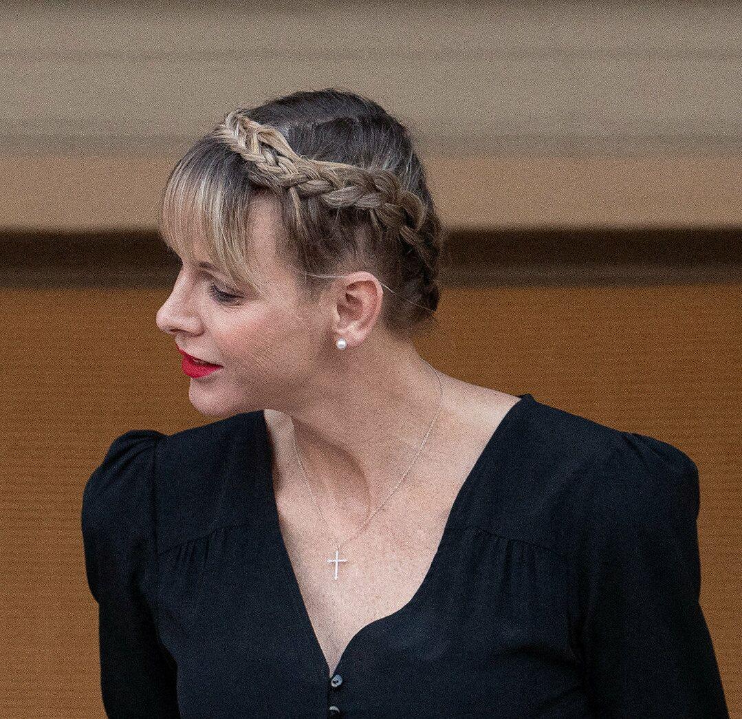 Charlene de Monaco stylée avec sa couronne de tresse, une belle inspiration pour la plage