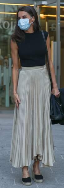 La reine Letizia d'Espagne adopte le parfait combo de l'été 2020 en top noir et jupe longue plissée.
