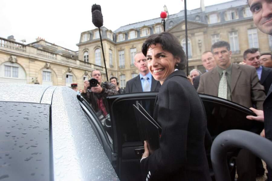 Rachida Dati devient une ministre très populaire et la première femme issue de l'immigration à occuper le ministère de la Justice