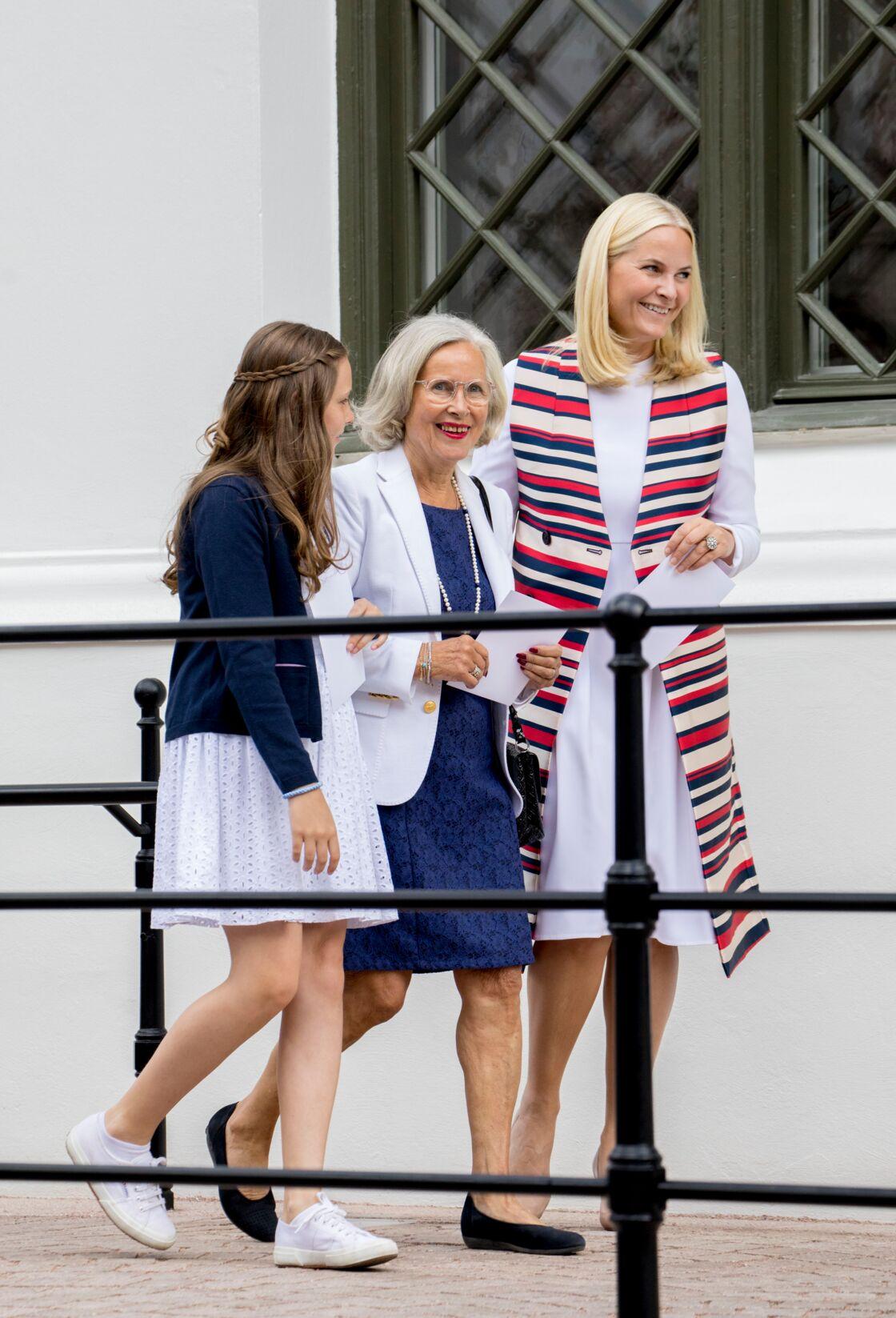 Mette-Marit entourée de sa fille la princesse Ingrid Alexandra et de sa mère Marit Tjessem et lpour le 80ème anniversaire de la reine Sonja de Norvège, à Oslo, en juillet 2017.