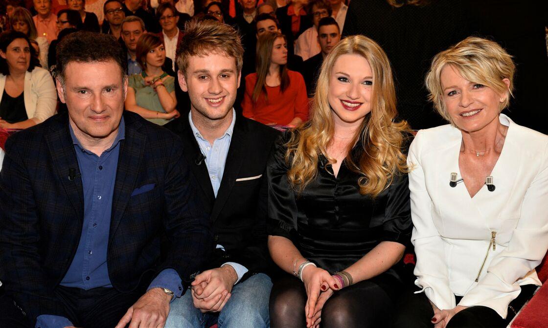 Pierre Sled et Sophie Davant entourent leurs enfants Nicolas et Valentine.