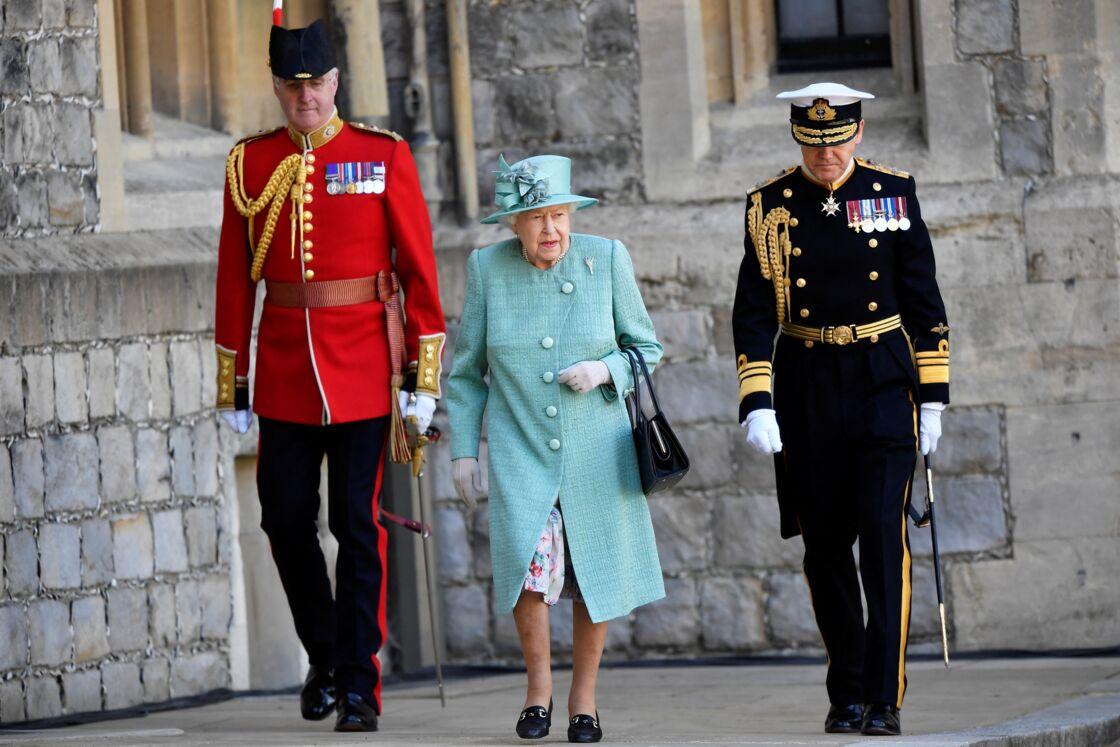 La reine Elizabeth se rend à une cérémonie militaire en l'honneur de son anniversaire le 13 juin 2020.