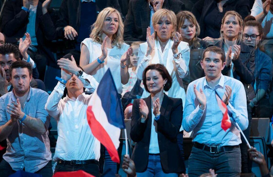 Brigitte Macron avec ses filles, Laurence et Tiphaine, ses gendres, Antoine et Guillaume, son fils Sébastien, et sa belle-fille Christelle, au meeting de campagne d'Emmanuel Macron à Bercy, le 17 avril 2017.