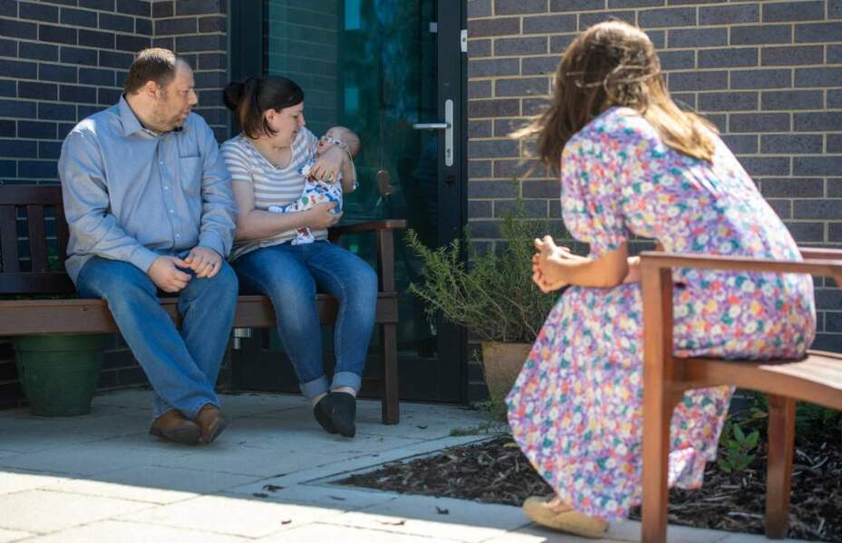 La duchesse de Cambridge a aussi parlé avec Liam et Lisa, les parents d'un petit Connor.