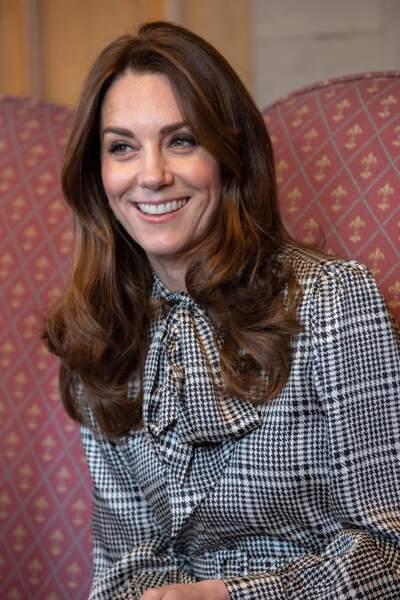 Kate Middleton avec un brushing sage et les cheveux bruns joliment ondulés le 15 janvier 2020.