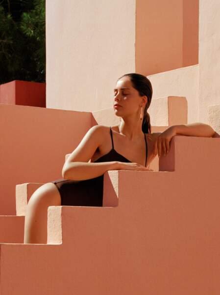 Ambassadrice Lancaster, actrice et mannequin, Marie-Ange Casta se prête au jeu d'une interview sous le signe du soleil et de la beauté.