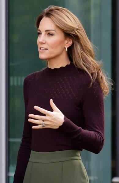 Kate Middleton canon avec un balayage miel et des mèches plus courtes qui encadrent son visage le 9 octobre 2019.