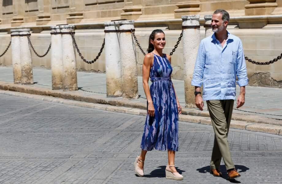 La reine Letizia d'Espagne préfère la marque Macarena, mais craque aussi pour les espadrilles compensées et à lacer autour de la cheville, ici le 29 juin 2020.