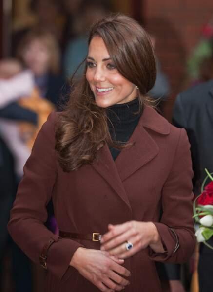 Kate Middleton, ses cheveux longs lissés et coiffés sur le côté, le 14 février  2012