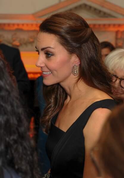 Kate Middleton avec une jolie attache pour ses cheveux longs le 22 novembre 2016.