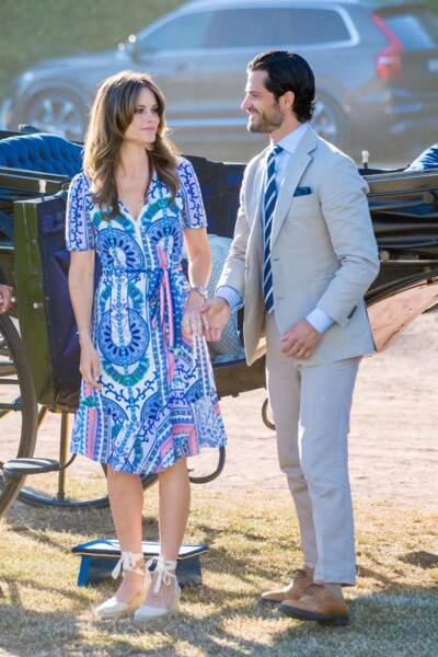 Sofia de Suède mixe ses espadrilles compensées Castaner avec une robe fluide courte,le 14 juillet 2019.