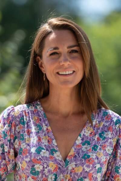 Kate Middleton élégante avec ses cheveux lissés et sa raie sur le côté le 27 juin 2020.
