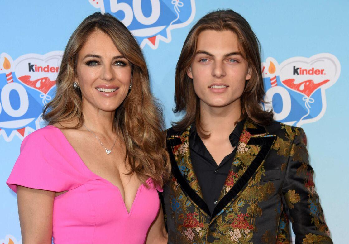 Elizabeth Hurley (Liz Hurley) avec son fils Damian Hurley lors de la célébration du 50ème anniversaire de la marque Kinder (Ferrero) à Soltau, Allemagne, le 14 octobre 2018.