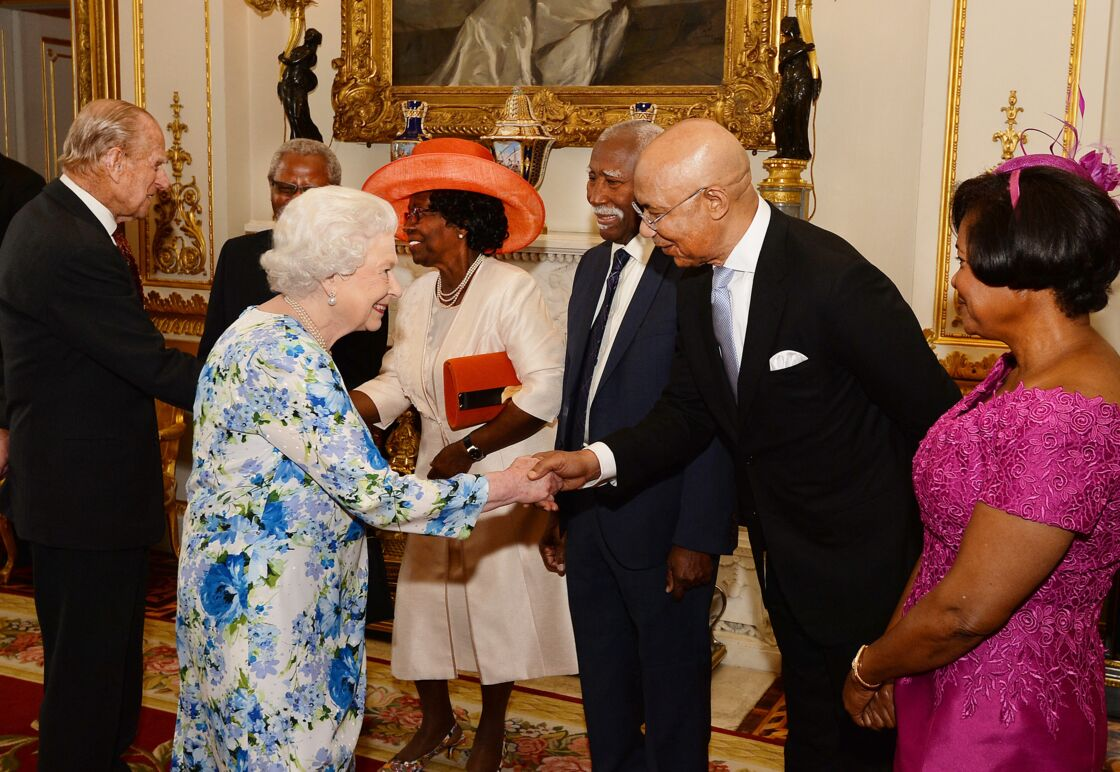 La reine Elisabeth II d'Angleterre salue Sir Patrick Allen, Gouverneur général de la Jamaïque - Réception au Guidhall de Londres à la suite de la messe de l'anniversaire de la reine Elisabeth II le 10 juin 2016.