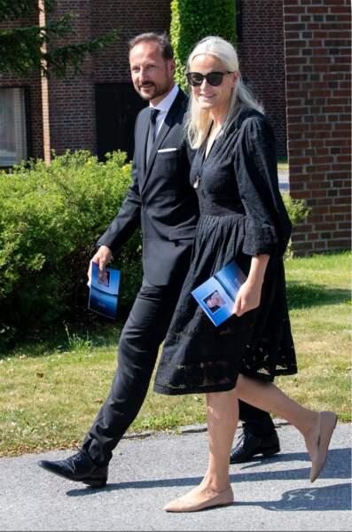 La princesse Mette-Marit et son époux, le prince Haakon, aux funérailles, du compagnon de Marit Tjessem.