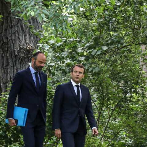 À l'approche du remaniement, Emmanuel Macron indécis? Il encense Édouard Philippe