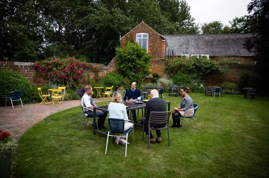 Le prince William s'est ensuite installé dans le superbe jardin du pub.