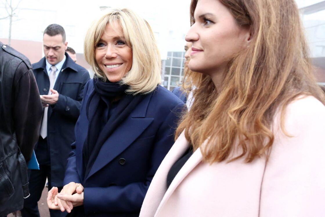 Brigitte Macron avec Marlène Schiappa au collège des petits ponts à Clamart, pour évoquer la lutte contre le harcèlement à l'école, le 15 novembre 2018.