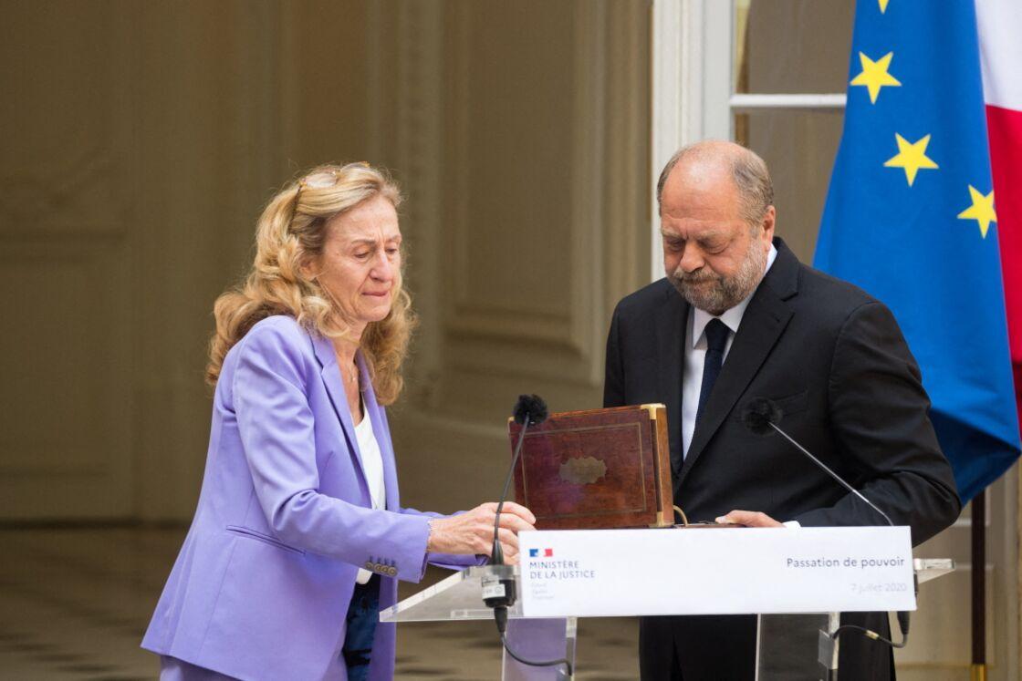 Nicole Belloubet a passé le flambeau non sans émotion à Éric Dupond-Moretti, nouveau garde des Sceaux, ce mardi 7 juillet 2020.