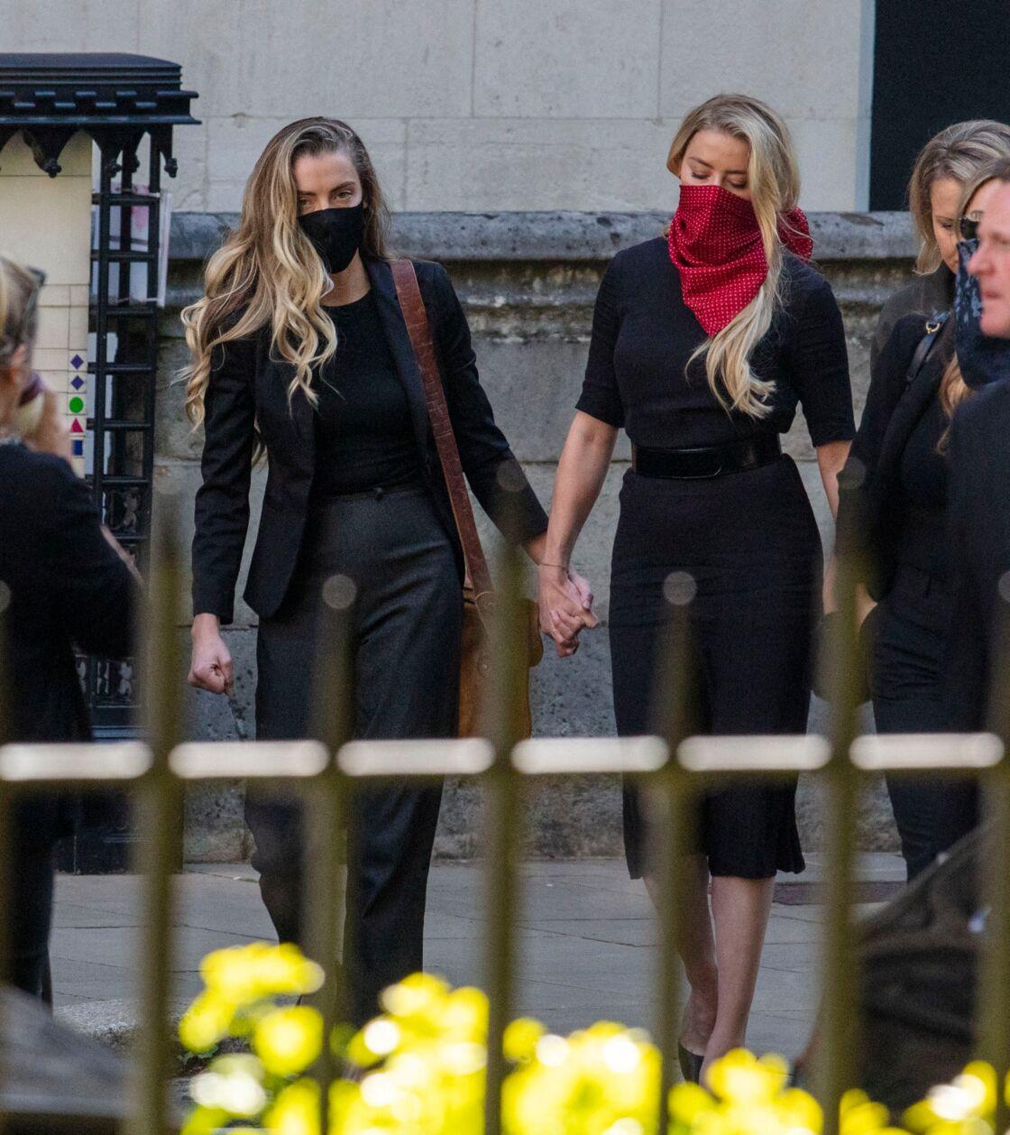 Amber Heard arrive à la Haute cour de justice britannique de Londres accompagnée de sa sœur, le 7 juillet 2020.