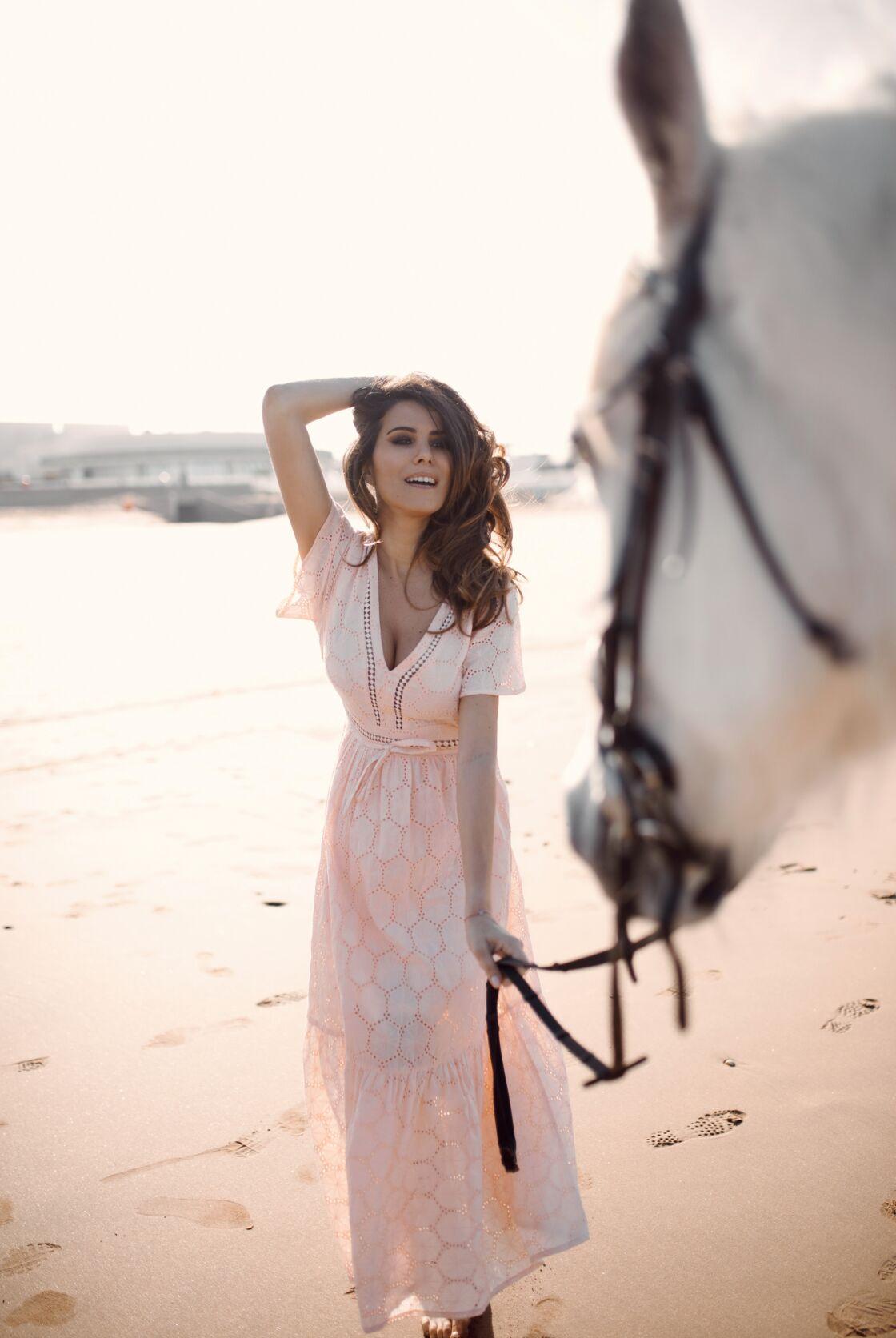 Cette robe rose en dentelle est la tenue favorite de Karine Ferri dans sa collection capsule.