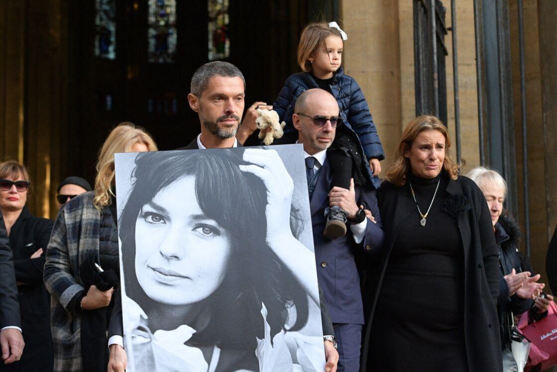 Lisa et Jean-Mehdi Azuelos aux obsèques de leur mère Marie Laforêt, à Paris, le 7 novembre 2019.
