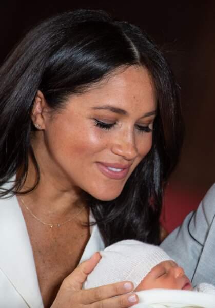 Ses colliers Jennifer Meyer : Meghan Markle utilise aussi les bijoux pour faire passer un message. Pour présenter son bébé au monde, elle choisit un collier Jennifer Meyer orné de trois pierres, un joli clin d'oeil à sa petite famille